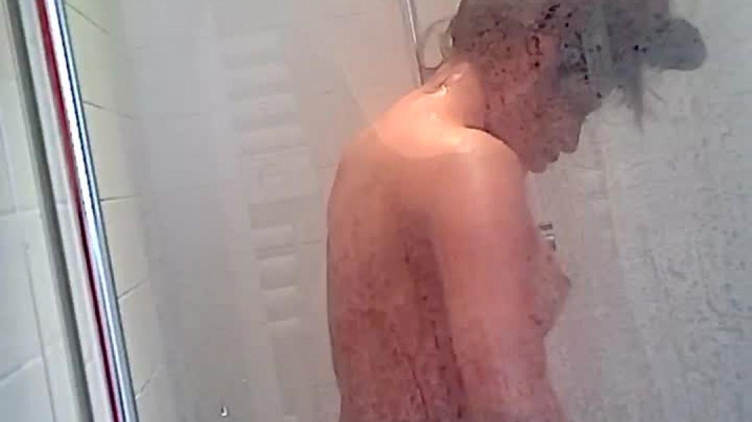 Prégnant indien girl under shower