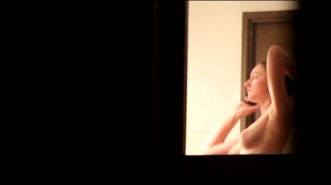 Ma voisine nue dans sa salle de bain